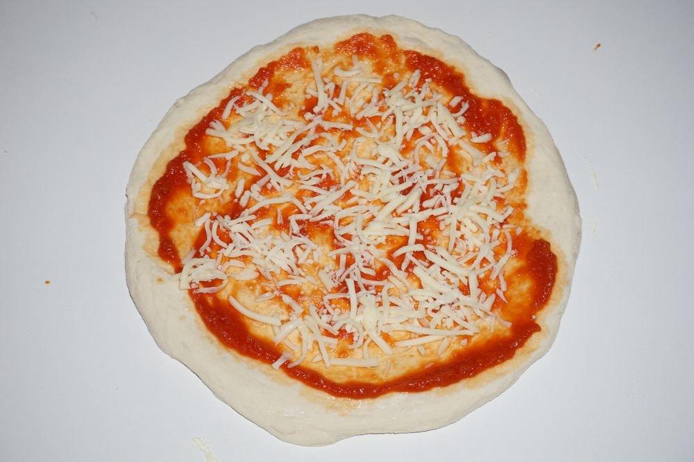 05_Tomatensauce_und_Mozzarella.jpg